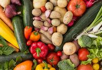 Frisches Gemüse in einer bunten Gruppe als natürliches Stilleben