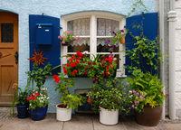 Fensterdekoration mit Blumenschmuck