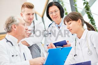 Erfahrene Ärzte und Ärzte in Ausbildung als Team