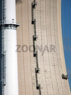 Turm und Kuehlturm des KKW Grohnde mit Arbeitern