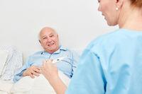 Krankenschwester mit Fieberthermometer
