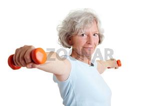 Seniorin hält zwei Hanteln