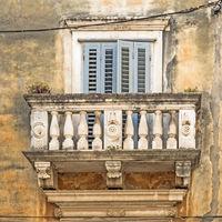 Balkon an einem alten Gebäude in Zadar, Kroatien