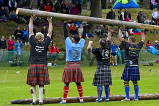 Teilnehmer im Baumstammwerfen, Ceres Highland Games, Ceres, Schottland, Grossbritanni