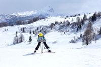 Mädchen wartet an Skihang