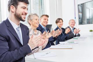 Geschäftsleute klatschen Beifall im Seminar