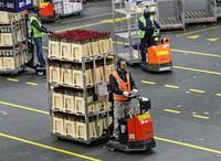 Kleinsttransporter ziehen Wagen mit Pflanzen und Blumen,Royal FloraHolland, Aalsmeer, Niederlande