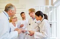 Diskussion zwischen Ärzten