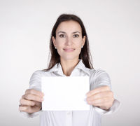 Geschäftsfrau zeigt Visitenkarte