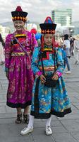 Zwei Mädchen in traditioneller Festtagskleidung am Festival der mongolischen Nationaltracht