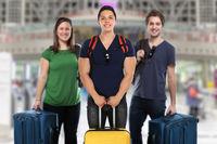 Reise reisen Gruppe junge Leute Flughafen Menschen Urlaub Koffer