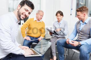 Geschäftsmann schreibt auf Laptop