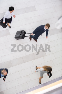 Geschäftsmann und Kollegen mit Gepäck