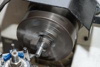 Mit einer Drehmaschine Metall bearbeiten - Nahaufnahme