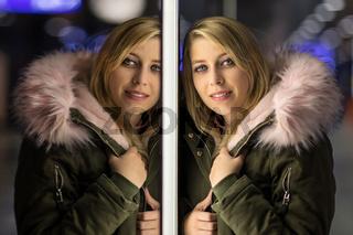 Portrait Spiegelbild einer jungen blonden Frau