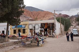 Wochenmarkt von Purmamarca am Berg Cerro de los Siete Colores, Argentinien, Market in Purmamarca Argentina