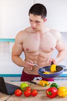 Kochen junger Mann Essen Gemüse Rezept Computer Hochformat gesunde Ernährung