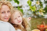 Mutter mit Tochter im Herbst