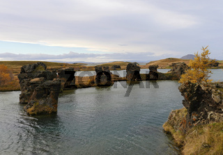 Lavaformationen im Herbst am See Myvatn bei Höfdi in Island