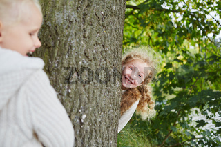 Mädchen spielen verstecken