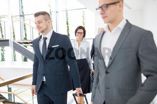 Zwei männliche Geschäftsleute gehen auf Dienstreise