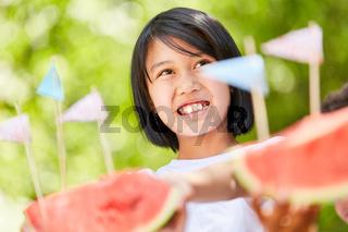 Lächelndes Mädchen serviert frische Wassermelonen