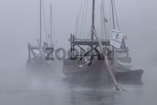 Rabelo Boote, Portweinboote auf dem Rio Douro bei Nebel, Fluss Douro, Porto, Portugal, Europa