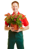 Mann mit Blume als Gärtner