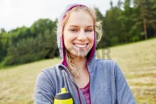Glückliche junge Frau als Sportler