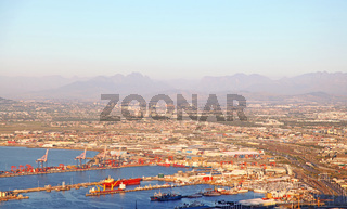 Blick auf den Hafen in Kapstadt im Abendlicht, Südafrika, view at the port of Cape Town at evening light, South Africa