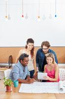 Startup Team mit Tablet Computer