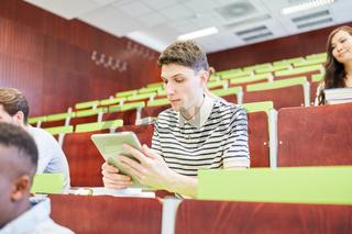 Student mit einem Tablet in der Vorlesung