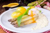 asparagus with egg and fresh wild garlic