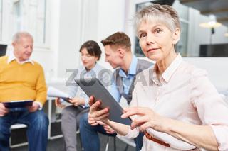 Frau als Senior mit Tablet Computer