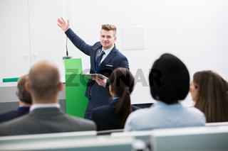 Junger Geschäftsmann bei einer Präsentation