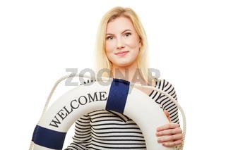 Junge Frau begrüßt mit Welcome Text auf Rettungsring