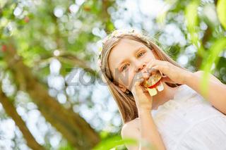 Hungriges Mädchen auf einer Garten Party