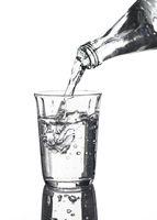 Wasser wird in ein Glas eingegossen