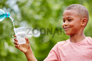 Afrikanisches Kind hält Plastikbecher
