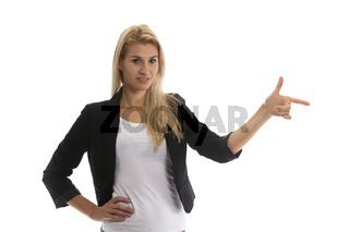 attraktive junge blonde Frau auf weißem Hintergrund