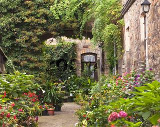 Hauseingang mit Blumenrabatte