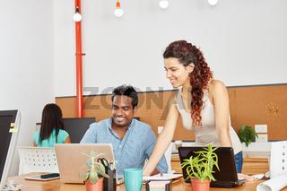 Business Kollegen im Coworking Space