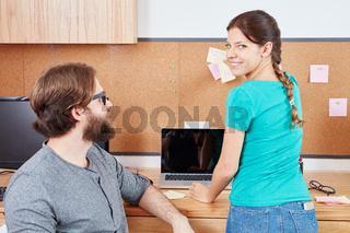 Frau hängt Zettel an die Pinnwand