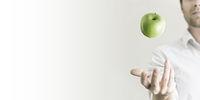 Mann jongliert mit Apfel Panorama