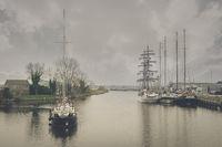 Vor der Schleuse des Binnenhafens wartende Segelyacht.
