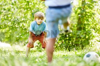 Junge als Torwart wartet auf den Torschuss