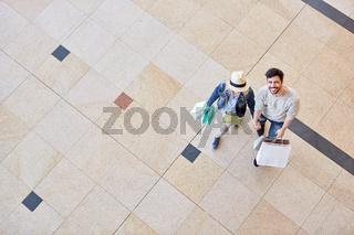 Junges Paar macht einen Einkaufsbummel