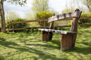 Bank aus Holz im Garten