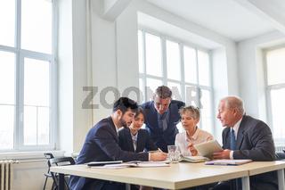 Team im Meeting mit einem Berater