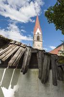 Kirche in St Pankraz hinter defekten Brettern